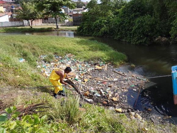 Prefeitura realiza limpeza no rio Maceió